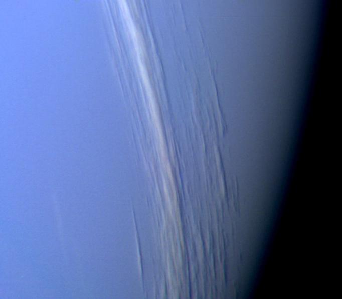 Chmury na Neptunie rzucające cień