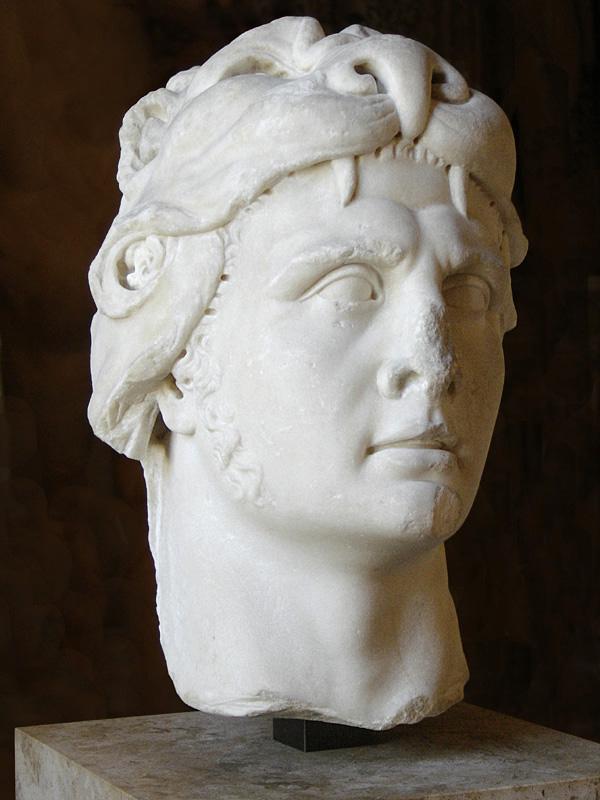 Tego pana miałem wstawić do tekstu, ale na śmierć o nim zapomniałem. To król Pontu, Mitrydates VI Eupator. Parę razy nieźle połomotał Rzymian. A później Rzymianie połomotali jego. Był poliglotą, filantropem i psychopatą. Umarł zdradzony przez własnego syna, co byłoby oburzające, gdyby nie fakt, że sam wcześniej zabił matkę. Ciekawa postać. A czemu o niej wspominam. Bo choć naprawdę żył, to po jego śmierci stworzono o nim tyle mitów i legend, że ten mityczny Mitrydates idealnie pasuje do monomitu. Poza tym strasznie blado wychodzi na zdjęciach.