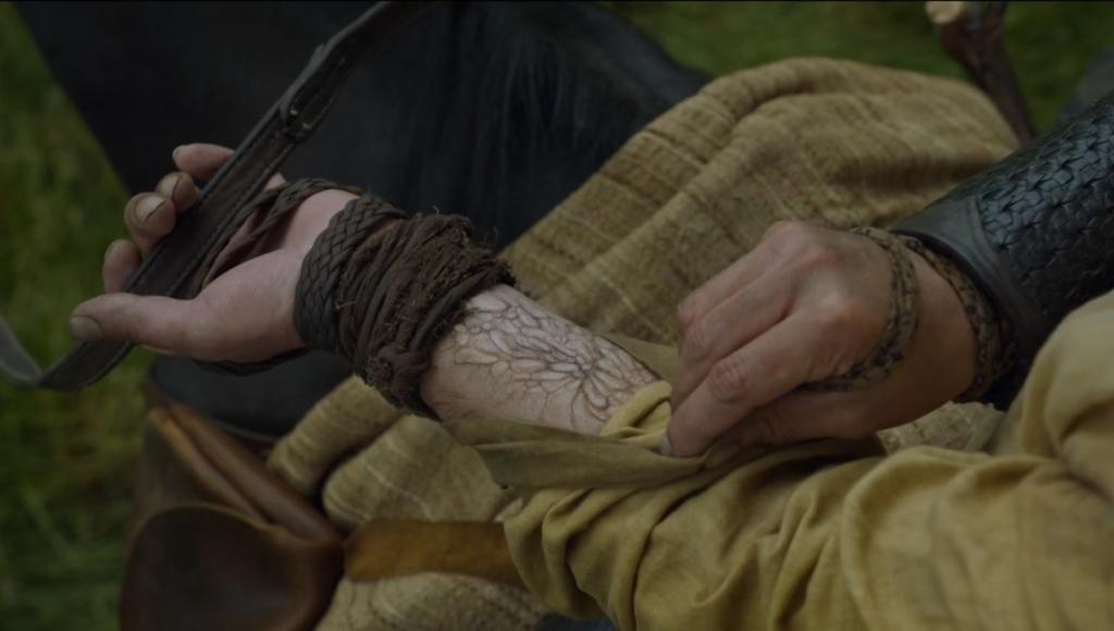 Jak Jorah uzasadnia to ciągłe spoglądanie na rękę? Przecież nie nosi zegarka.