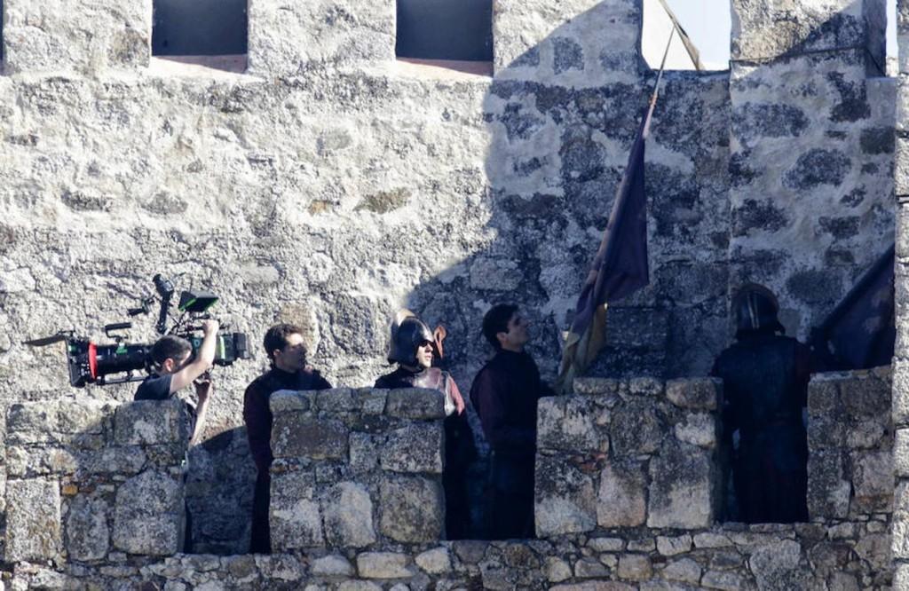 Lannisterowie zawieszają swój sztandar na murach zamku.