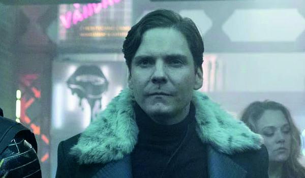 """Kadr z serialu """"Falcon i Zimowy Żołnierz"""""""